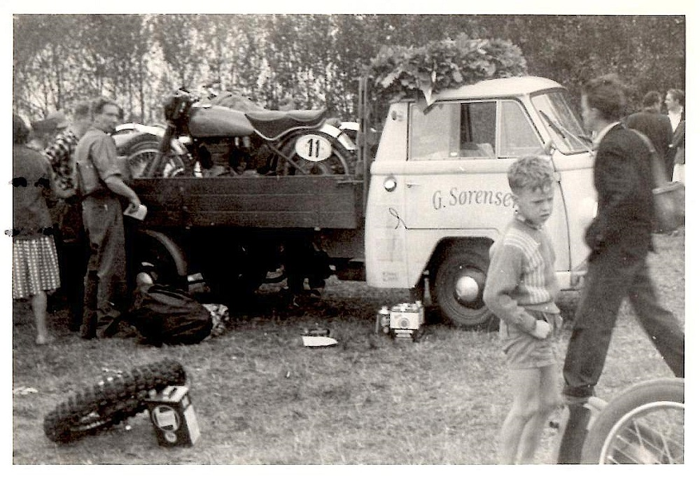 Budcentralbilen brugt som racertransporter til DM i Skive 1959.