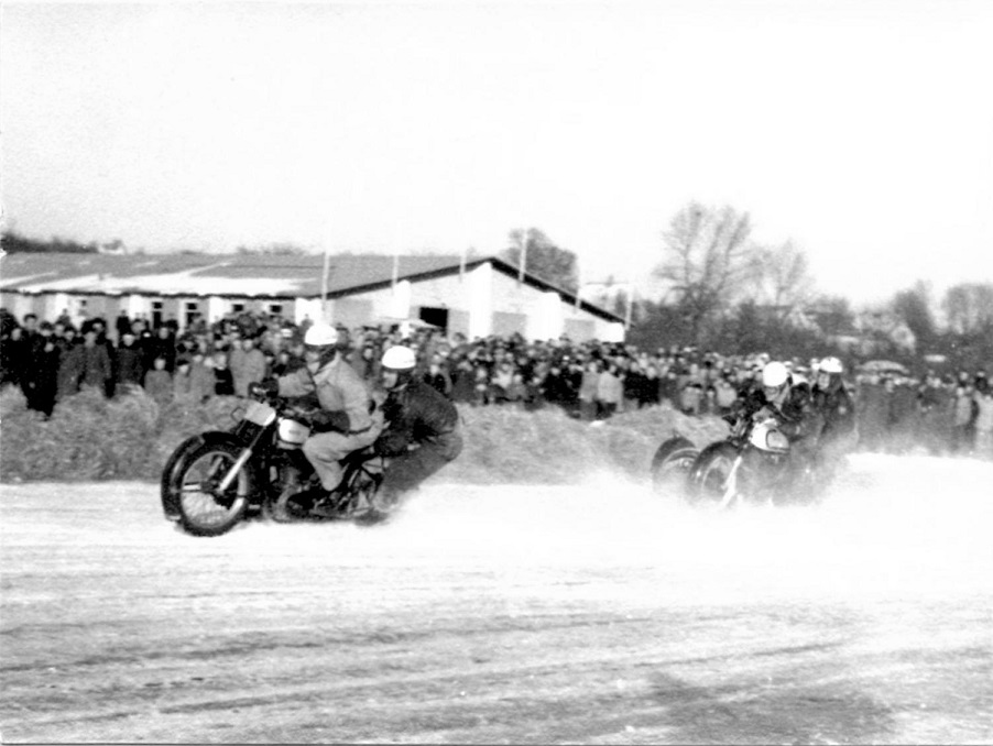 Brabrand Sø febr. 1954. Harry og Gunnar foran Kresten Krestensen.