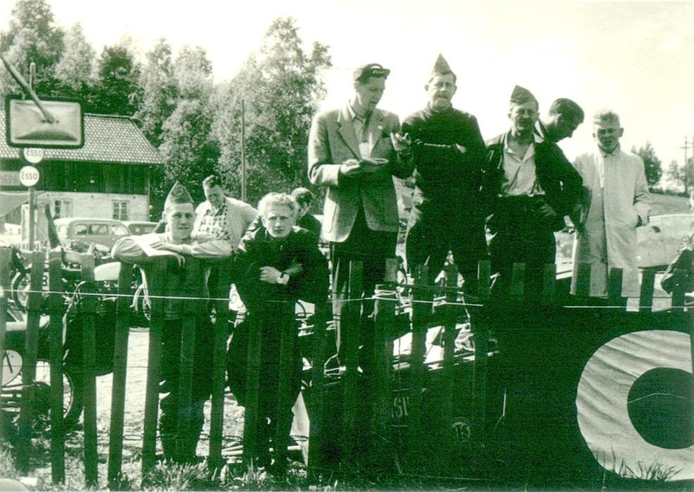 TT-løb i Karlskoga 12. juni 1955 med flotte præstationer af AMK-holdet. Fra venstre Kresten og Harry. Stående Henning Pedersen, Putimut og Gunnar W.