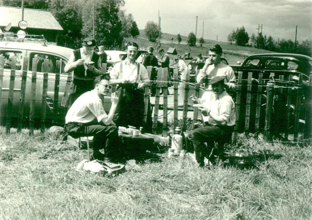 TT-løb i Karlskoga 12. juni 1955. Der indtages lidt føde, Harry har reddet sig en Esso kasket.