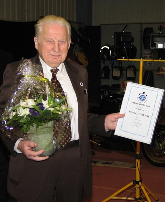 Marselisborghallen 2005. Carl er blevet udnævnt til æresmedlem og står her med diplomet.