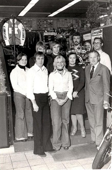 Fra forretningen omkring 1978. Forrest fra venstre ses Erik Lyngkilde, Carls datter Susanne, fru Tove, Carl selv og bag Carl den mangeårige lagerchef Carl Johan.