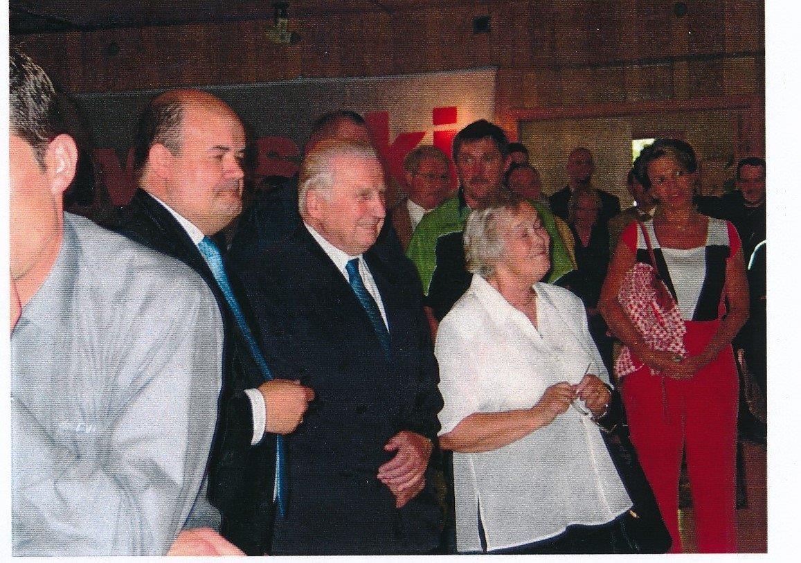 2004-08-24 Afskeds recept.  man lytter, Blacha, CA, Tove og Susanne