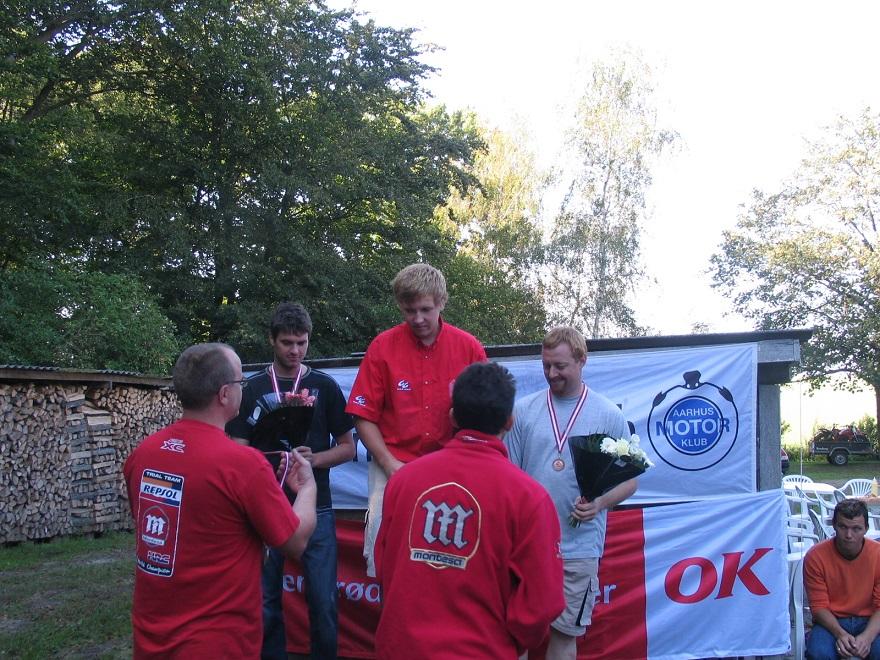 Ud over Nissetrials blev der også kørt enkelte DM-afdelinger hos Carl i det nye årtusinde. En af disse blev kørt i 2006, hvor der her er præmier til Thomas Pedersen, Niels Nicholaisen og Jesper Antonsen. Foran er det Hans Jørn Beck og Ole Kristiansen.