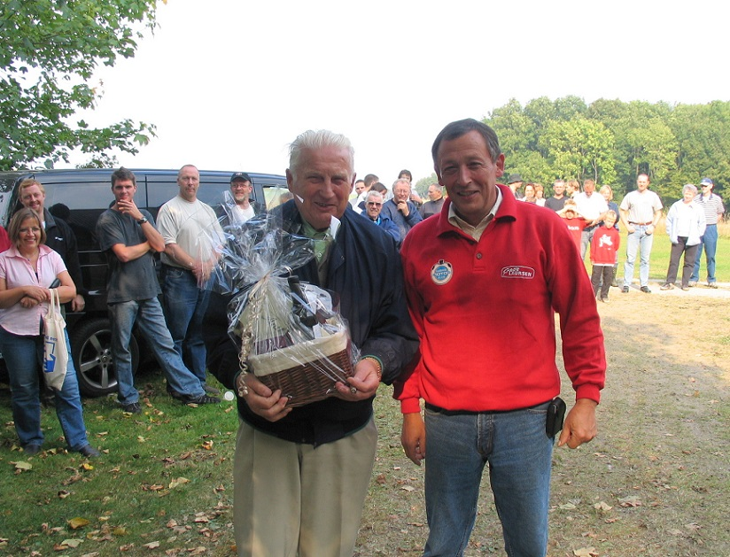 2005-09-24 img1. DM trial. Formand Bent Andersen har overrakt en lille tak til Carl.
