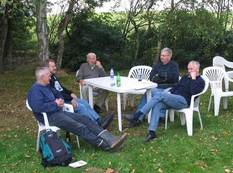 2005-09-24 img4. Afslapningsstund efter løbet. Fra v. Krause, Bent Jensen, Carl, Knud Møller og Lars Pedersen.