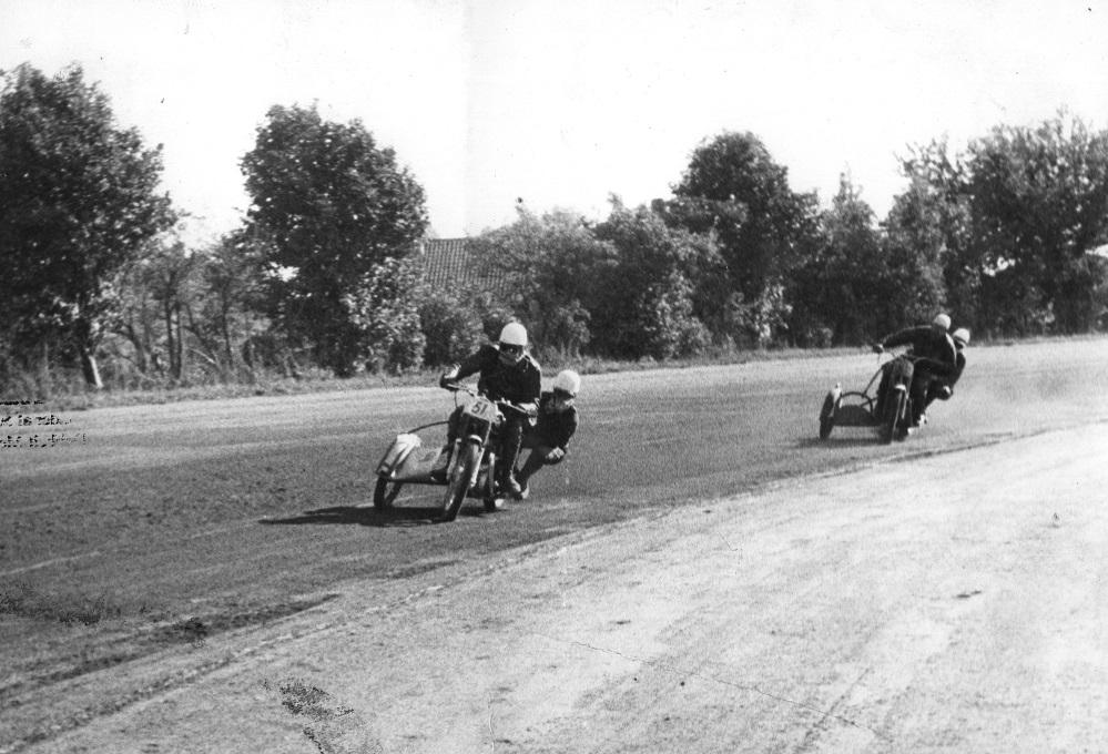 Skandinavien løbet på Amager Travbane sept. 59. Carl og Gunnar i front.