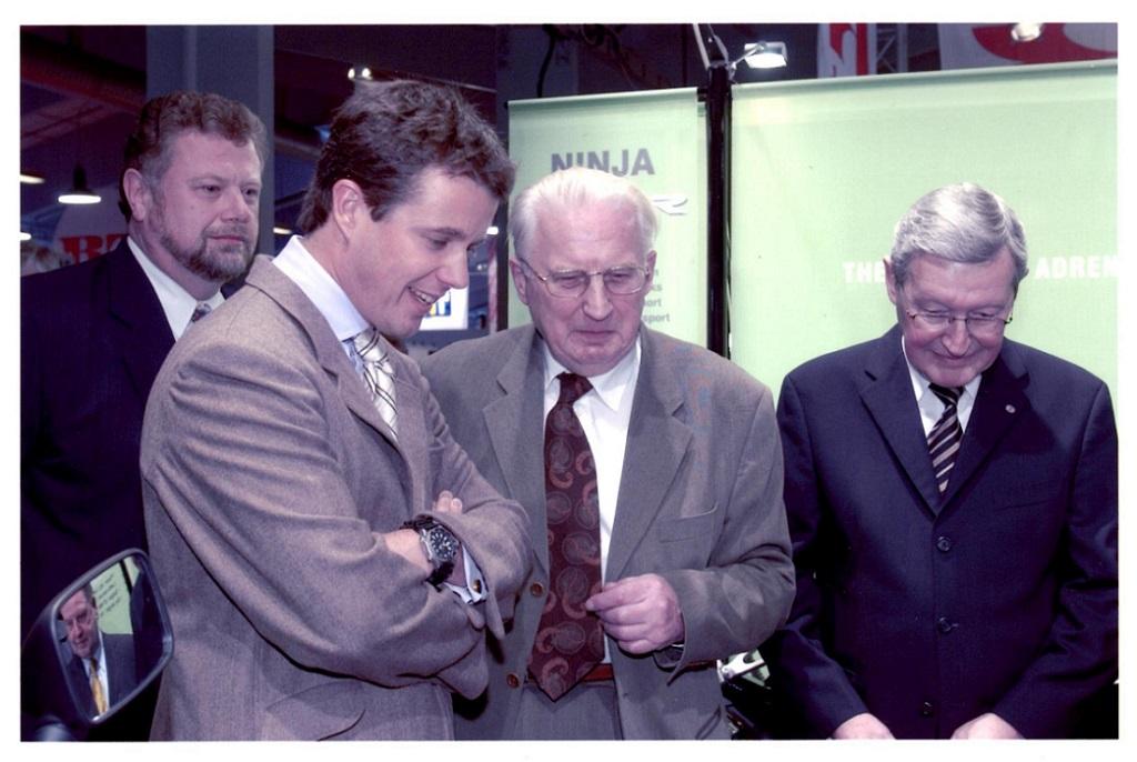 Carl mødte Kronprinsen i Bella centeret febr. 2003. Til venstre Henning Kjeldgård. Til højre formanden for MC Importørforeningen.