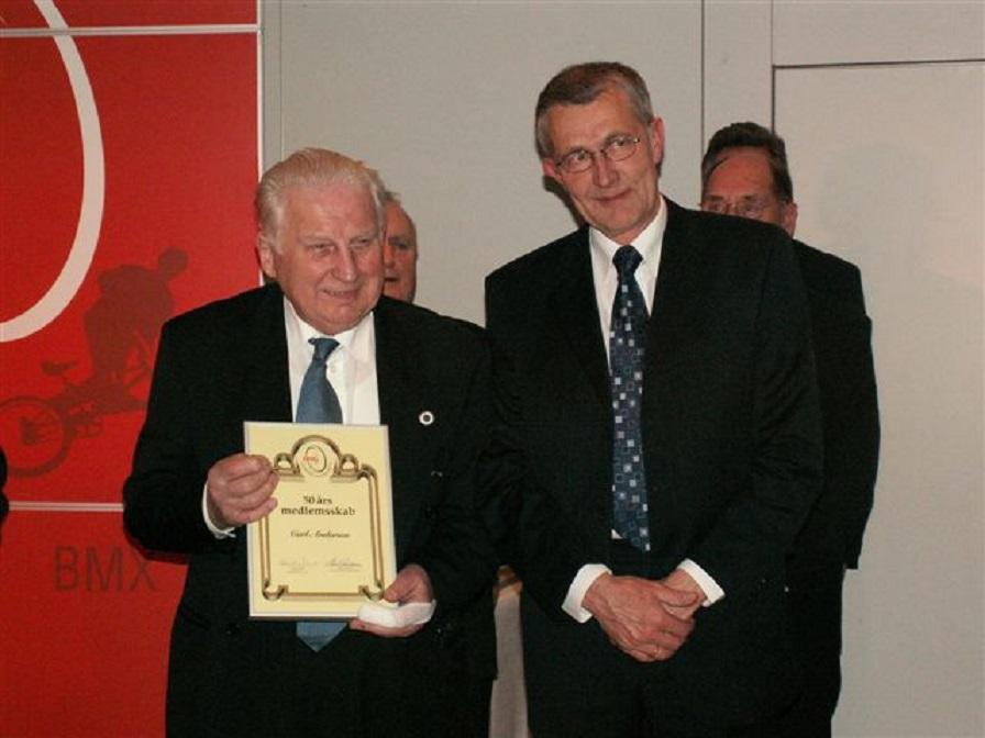 DMU´s repræsentantskabsmøde 2006 i Horsens. Carl er blevet hædret for 50 års medlemskab i DMU og står her sammen med DMU´s formand Henrik Nørgaard.