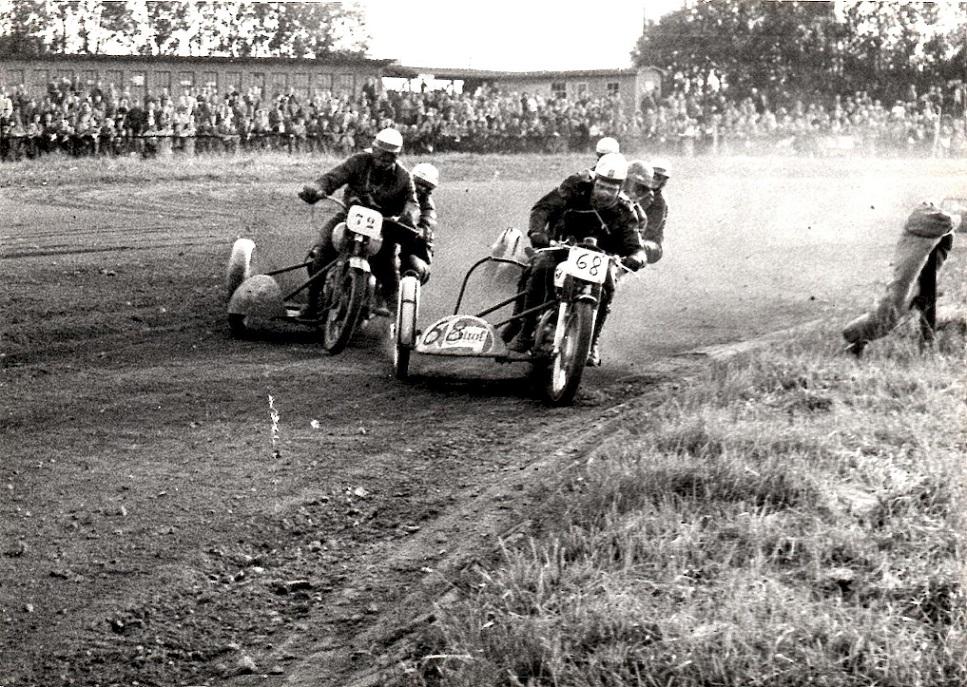 DM på en temmelig opkørt Fyens Væddeløbsbane 1958. Carl og Gunnar med nr. 68.