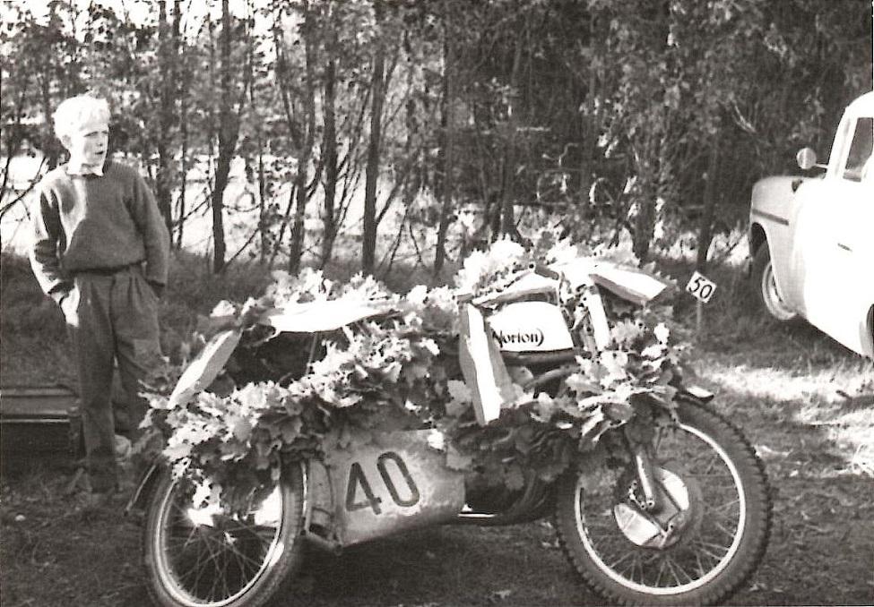 Og her er cyklen laurbærkranset efter Carl og John Skødts DM-sejr i Skive 1960.