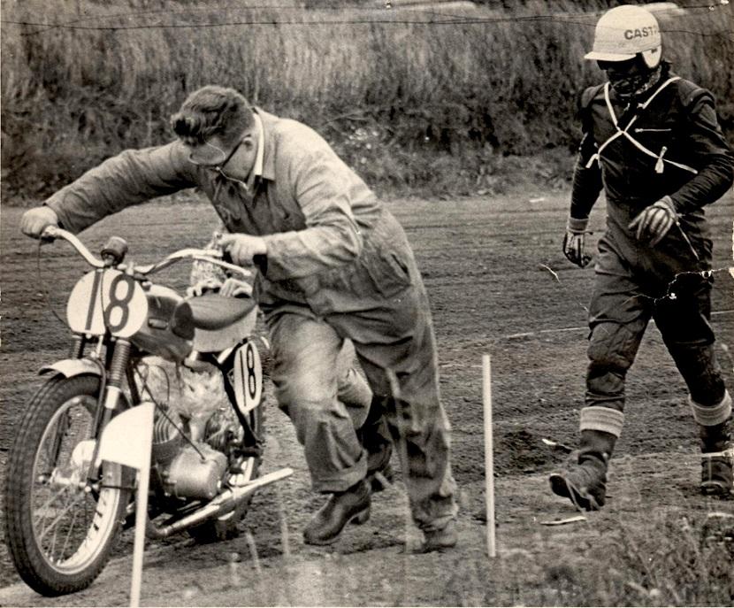 Mens Carl stadig var Yamaha mand støttede han Finn Pauli Thomsen. Her ved DM på Løvel i 1966.