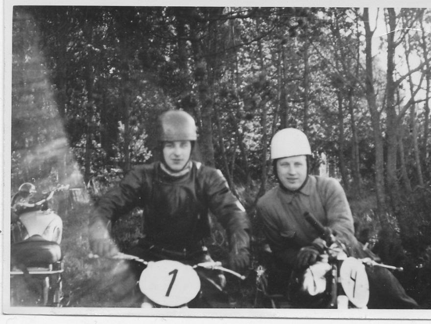 Trial i Tirstrup efteråret 1954. Nr. 1 er Gunnar Andersen, nr. 4 Carl på Maico