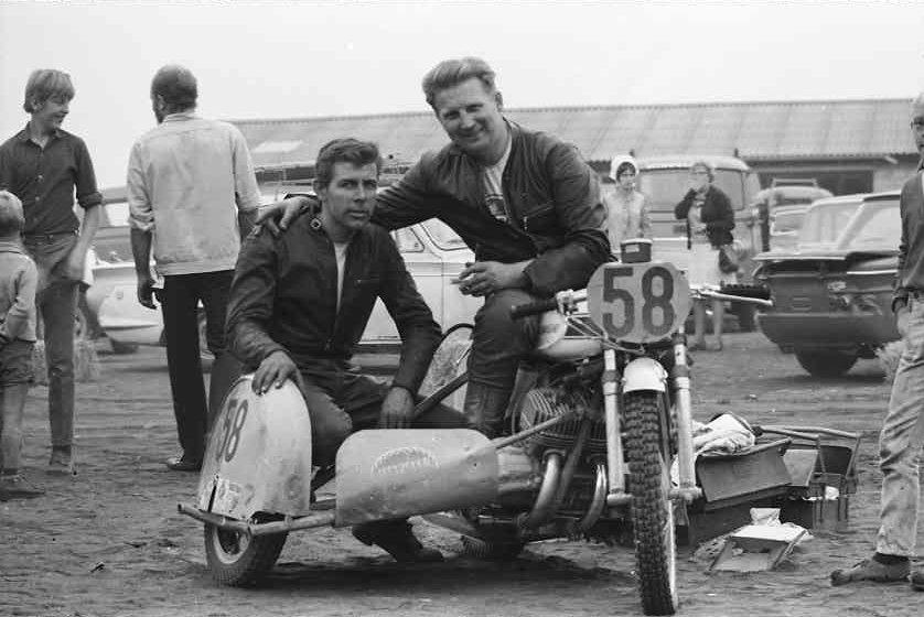 DM Skive 1969. Carl og Ole på den 3-cyl. Kawasaki. Med ryggen til bemærker man Franz Kroon.