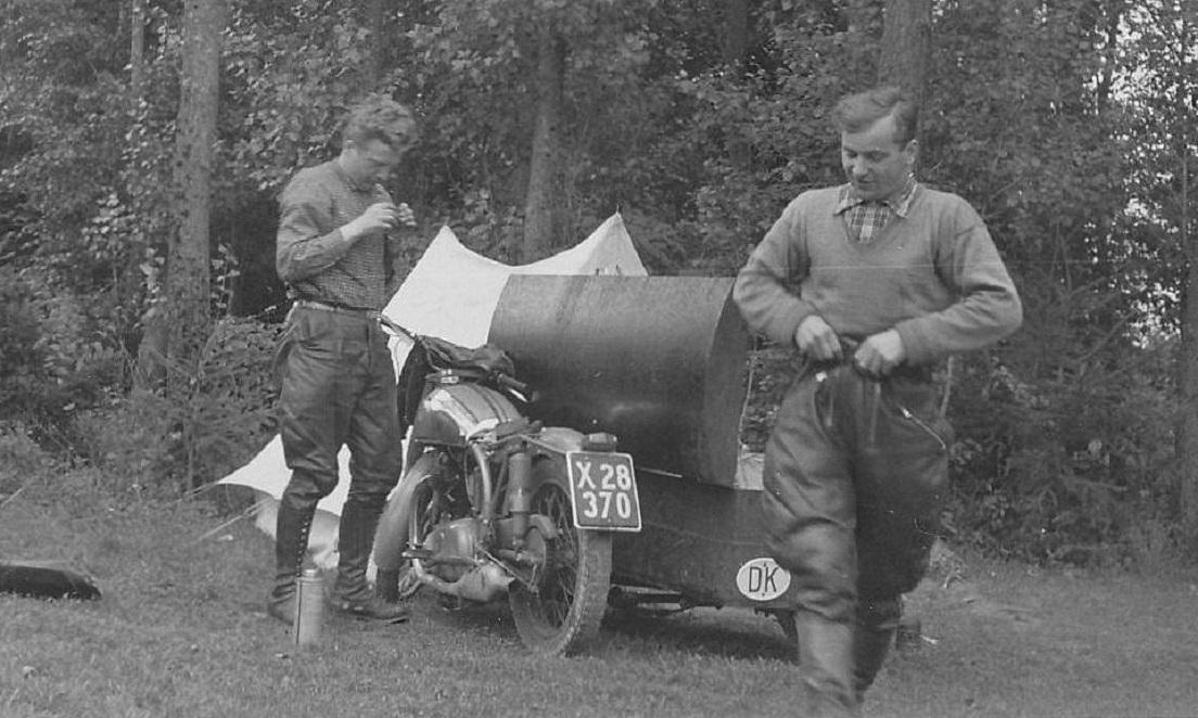 To gode venner på langtur. Carl og Gunnar Andersen tog en tur på 5000 km gennem Europa på Carls Norton Dominator med sidevogn i sommeren 1955.