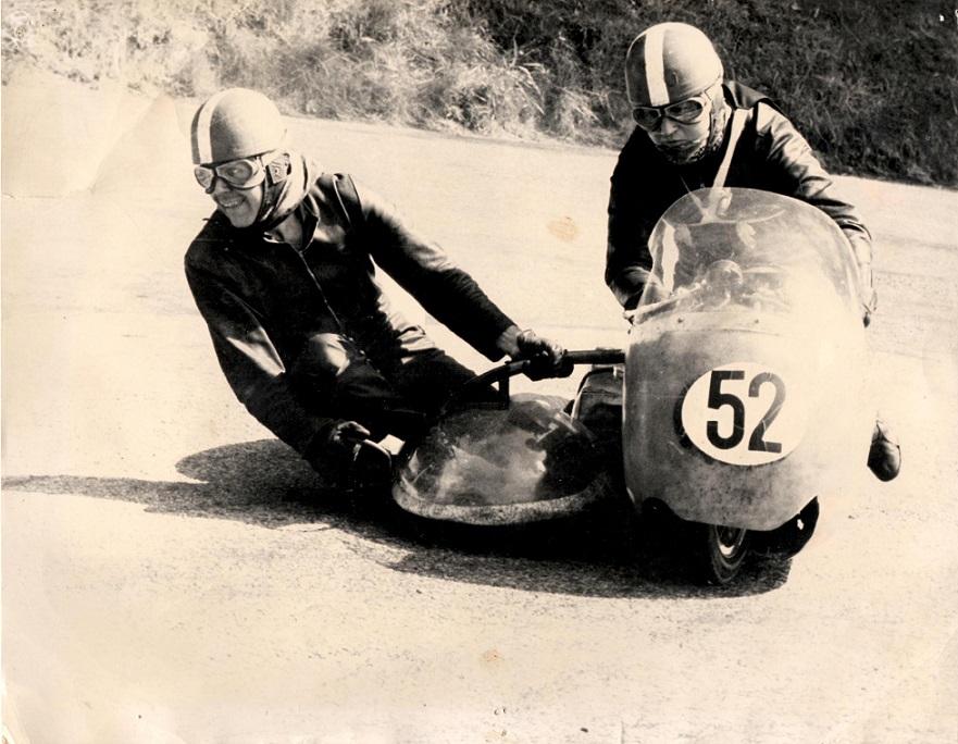 Et andet billede af Carl og Ole på Man. Hvorfor der er henholdsvis sort og hvid baggrund for nummer 52 på billederne vides ikke.