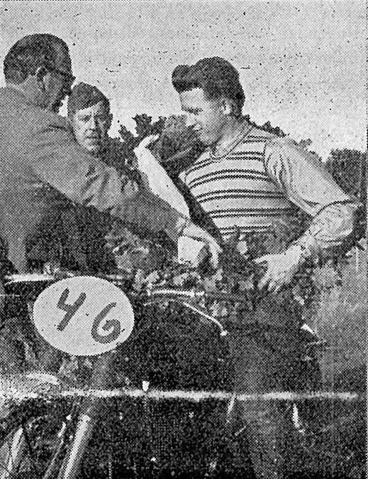 JM Løvel 57. Carl lykønskes af Poul Sørensen. Putimut ses imellem dem med en af de skråhuer, som AMK lod fremstille i 1956.