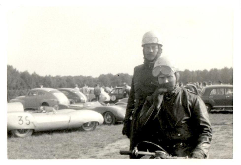 """Århus Travbane sept. 1961. Carl og """"Smeden"""" klar til start i, hvad der blev """"Smedens"""" sidste løb."""