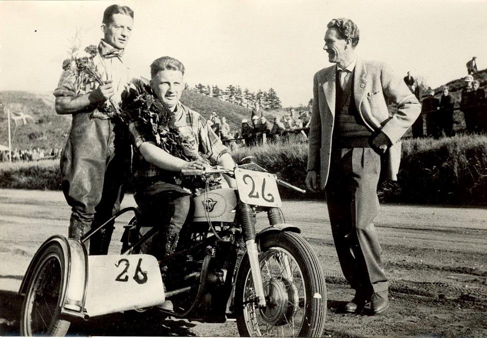 JM Løvel 1959. Mesterskabet er i hus. Til højre AMK´s formand Henning Pedersen.