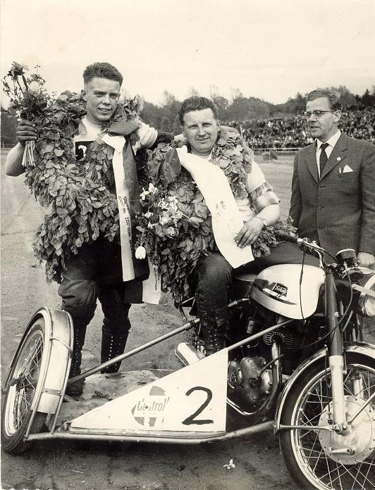 """DM Århus Travbane maj 1962. Carl og Carsten vandt begge klasser. Her på Arne Mogensens Norton, der som det ses var i meget """"gadeudførsel"""". Elmstrøm Larsen til højre."""