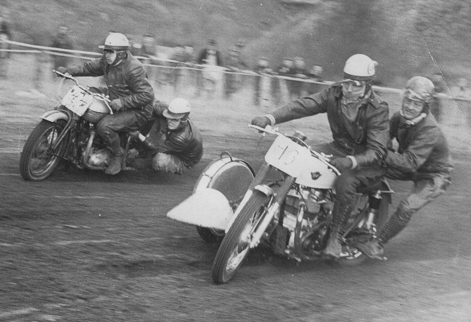 Lindholm banen 1958. Carl og Gunnar kører på Kresten Krestensens 2-cyl. Matchless. På yderbanen Kaj Christensen, Ålborg.