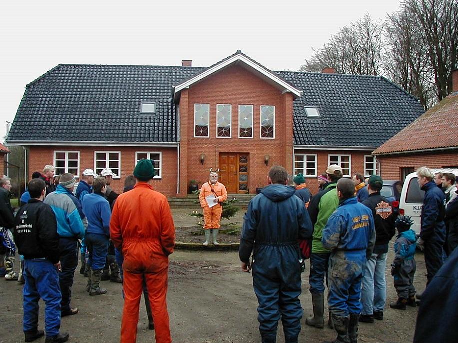 Niels Laustsen holder instruktion år 2001. Carl og Toves beboelse i baggrunden.