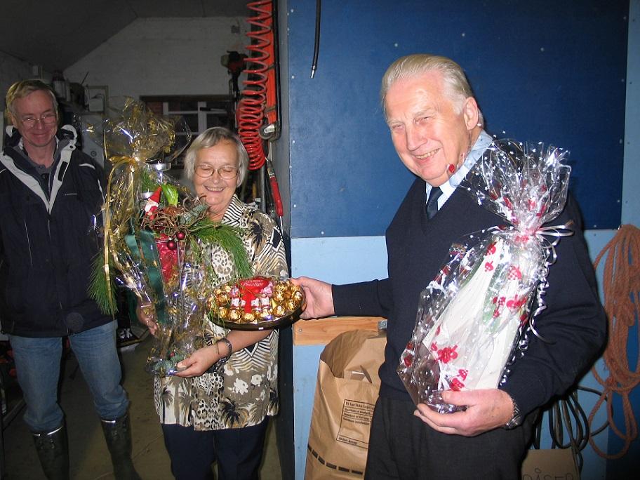 Det var tradition hvert år med lidt gaver til Carl og Tove for deres store gæstfrihed. Her er det år 2004.
