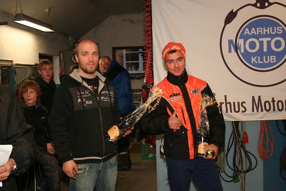 Fra en præmieuddeling. Her flasker til Asbjørn Gaardsmand og Nick Bøgh i 2008.