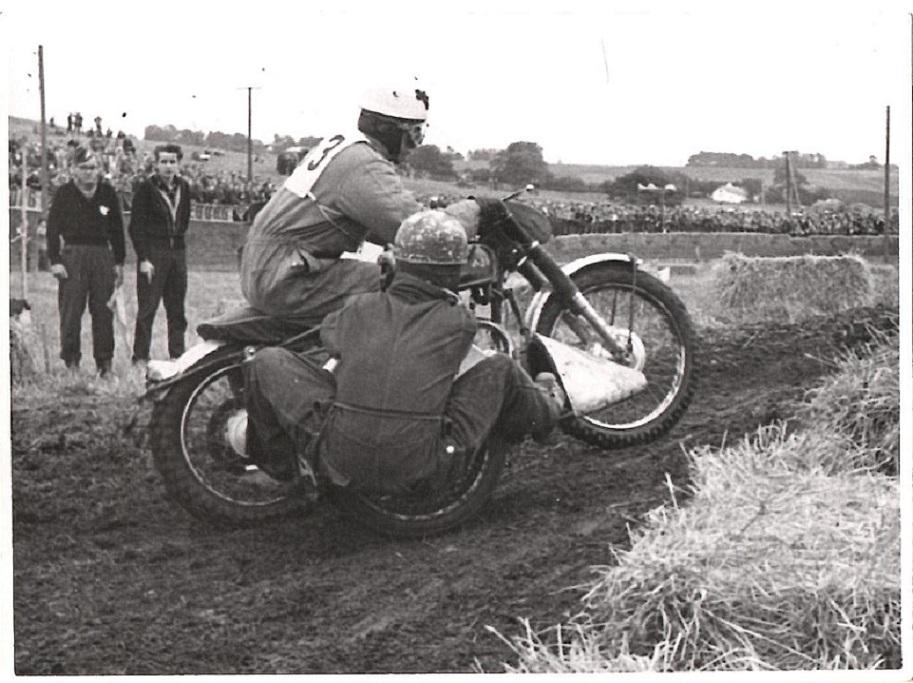 Stadig Ny Mølle 1957. Carl og Gunnar i en af banens opkørsler.