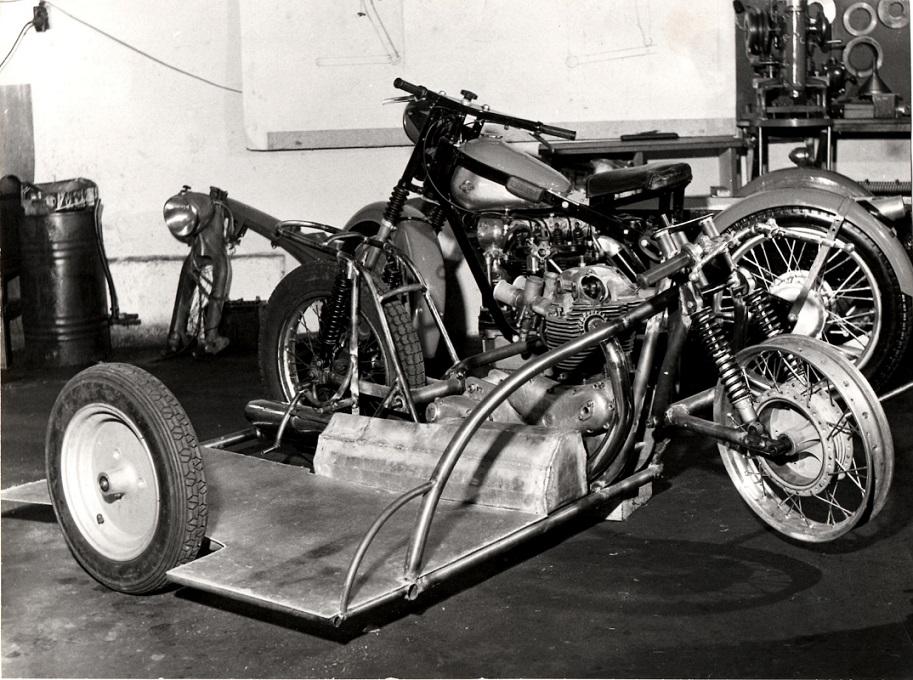 Til sæsonen 1963 byggede Carl denne TT-racer med Norton Motor. Sidevognshjulet er fra en Bella scooter.