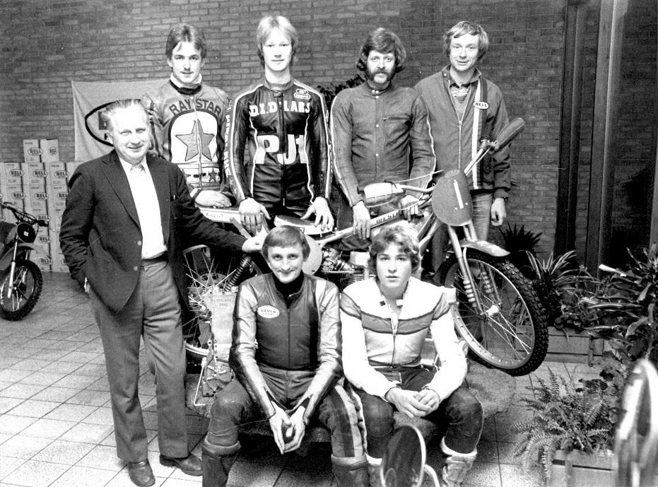 Sæsonafslutning 1980 i forretningen på Randersvej. Fra venstre stående er det Carl, Kurt Sørensen, Lars Vinding, Peter Petersen, Lars Pedersen(holdleder). Siddende J.E.Krause-Kjær og Jimmy Rasmussen.