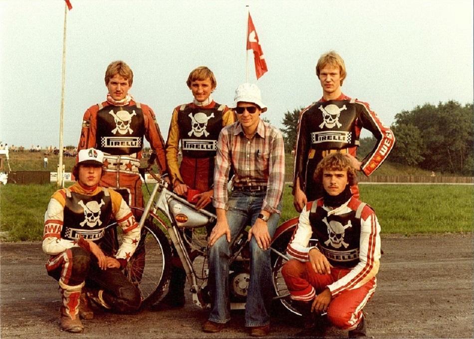 Fladbro 1981. Piraterne med Pirelli-veste. Fra venstre Jimmy Rasmussen, Kurt Sørensen, J.E. Krause-Kjær, Lars Pedersen, Lars Vinding og siddende Jens Hangaard.