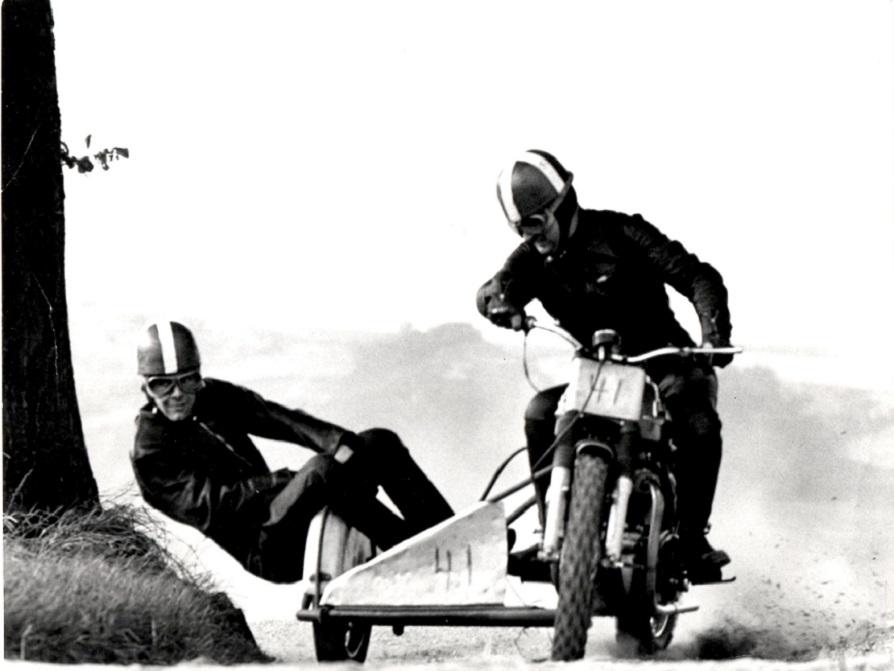 I mange år testede en del af klubbens kørere materiel på Herredsvej. Her er Carl og Ole Møller ved at teste måske en kundecykel.