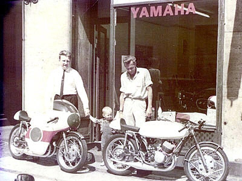 Carl til venstre leverer et par Yamaha-racere hos Sv. Aage Sørensen i Classensgade, Kbhv. Gösta Jensen til højre skal have en af dem.
