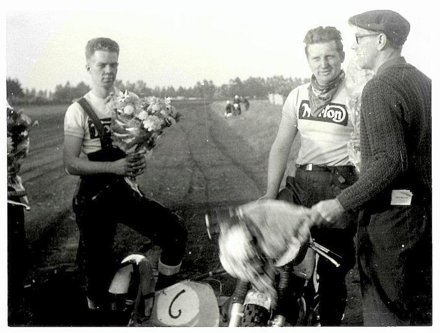 Sidevognslandskampen i Skive. Henning Pedersen uddeler blomster til Carl og Carsten.