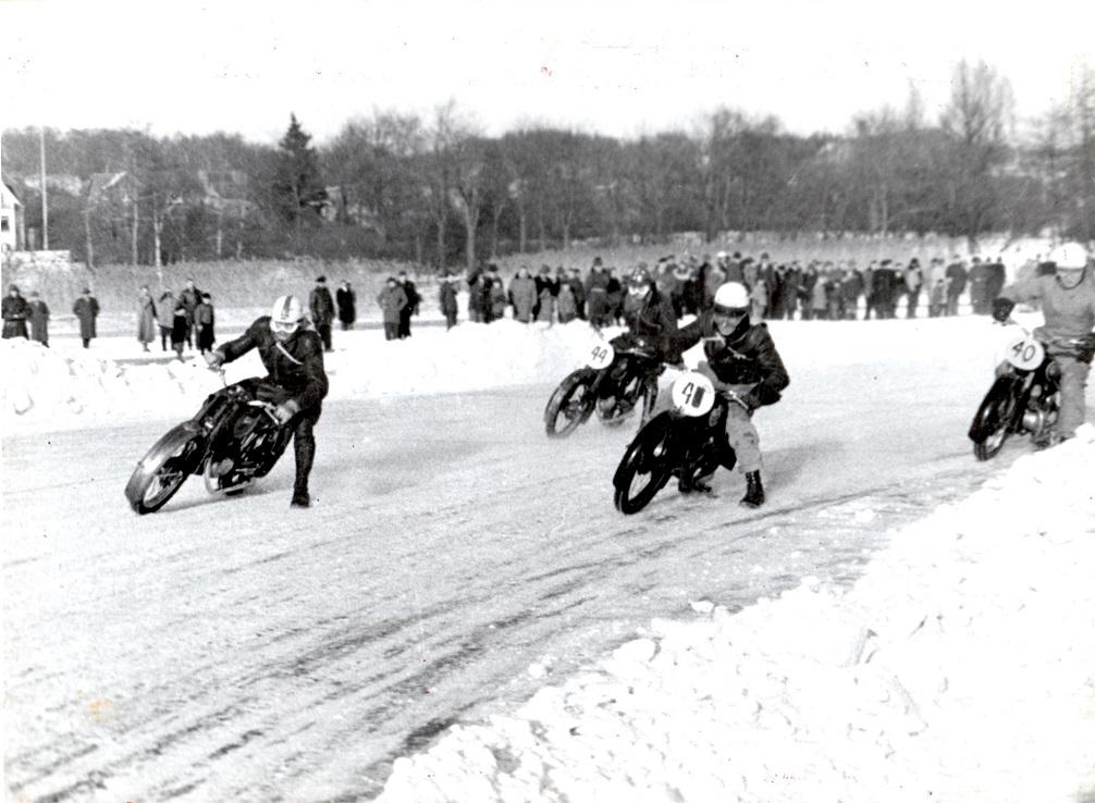 Carl var med i isbaneløbet på Brabrand Sø i februar 1954. Forrest er Henry Vorre, nr. 41 Frede Jacobsen, nr. 44 Rudi Nielsen, Carl med nr. 40.