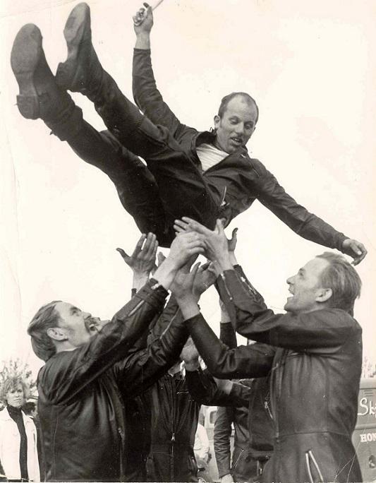 Franz får den traditionelle lufttur efter sit første DM på Ring Djursland 1966. Til højre ses Gøsta Jensen.