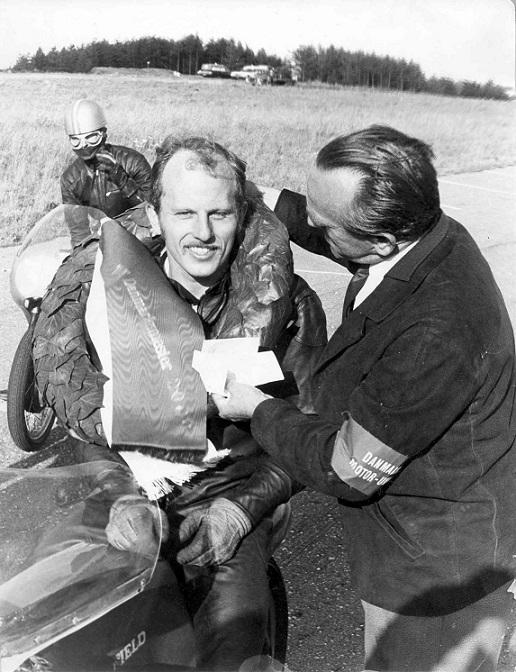 DM titlen er genvundet på Ring Djursland i august 67. Svend Åge Rasmusssen, Randers overrækker laurbærkransen.