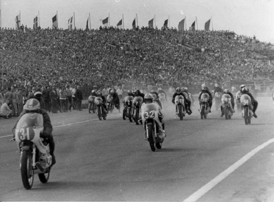 Starten går, masser af tilskuere  som altid på Sachsenring. Nr. 31 er Rodney Gould, nr. 32 Kent Andersson og Franz nr. 26.