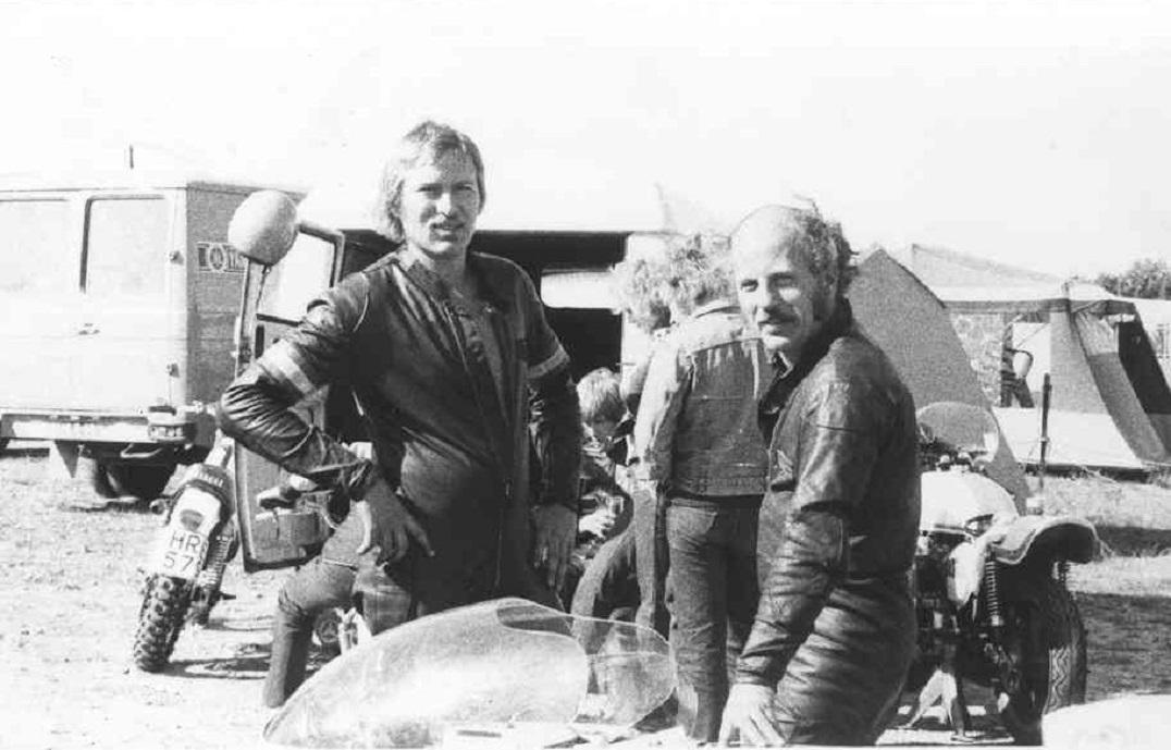 DM afd. Falkenberg sept. 75. Erik Andersson til venstre og Franz blev begge dobbelte DM-mestre i 1974-75. Erik Andersson blev begge år mester i 350cc klassen, mens Franz i 1974 vandt  125cc og i 1975 klassen til 1000cc.