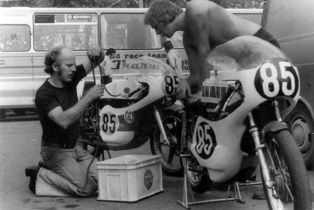Karvina 1975. Franz og Erik Andersson servicerer cyklerne.