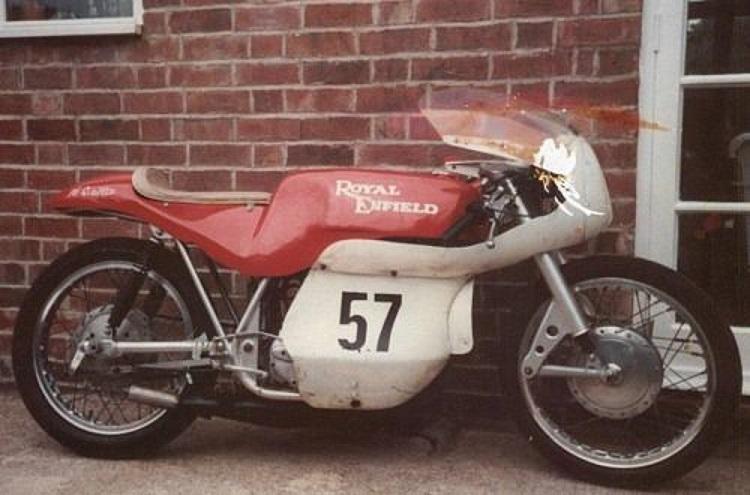 Billede fra nettet af en RE med bemaling og tankinitialer, som den Franz kørte. Royal Enfield gav den modelbetegnelsen GP5.