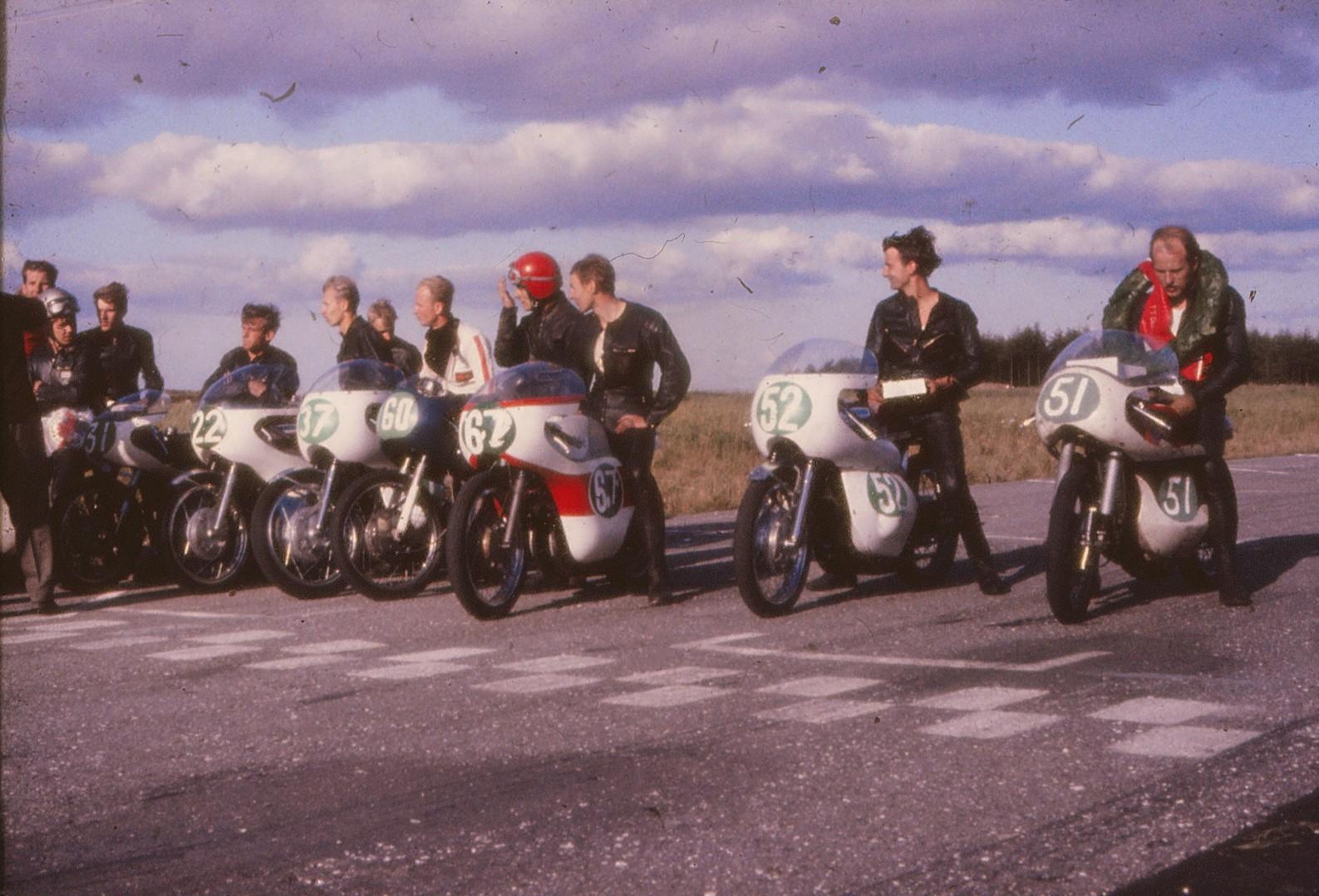 Dagens præmietagere. Fra højre Franz, Robert Olsen på Ole Møllers cykel, Chris Fisker og Claus Tarum. Den såkaldt internationale klasse, der udelukkende bestod af svenskere blev vundet af Kent Andersson med nr. 37 foran Børje Jansson nr. 22 og Bengt Grøndahl nr. 31.