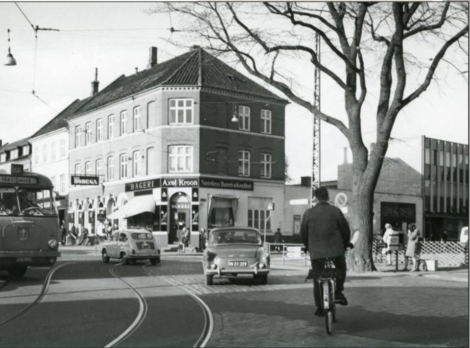 Facaden på MC-forretningen ses i Knudriisgade i tilslutning til Axel Kroons bagerforretning på det markante hjørne ved Nørrebrogade.
