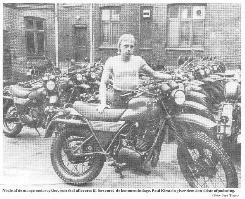 Franz og Yamaha landede en stor ordre til militæret, der forlangte en hel del modificeringer, så der var nok at gøre for mange mennesker i lang tid. Paul Kierstein ses her med nogle af de mange cykler på et avisbillede omkring 1980.