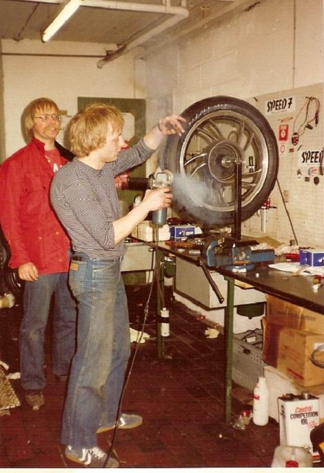 Kierstein skifter dæk, mens Alex nøjes med at se på.