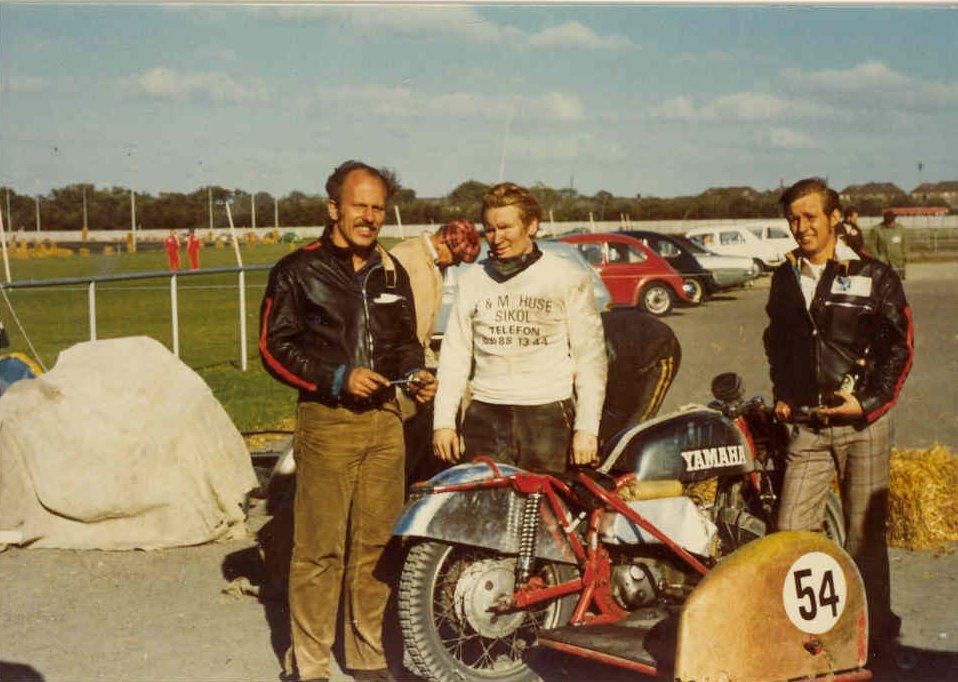 """Aalborg Travbane sept. 73. Franz havde en finger med i spillet omkring denne Yamaha sidevognsracer. Her står han sammen med Alex Hasager og Bent """"Dyrehandler."""""""