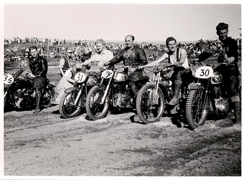 Aksel vandt et løb i Ørnedalen 1957 og ses her som nr. 2 fra højre. Det var i øvrigt en stor dag for AMK, hvor Carl Andersen tv vandt junior sidevogn, Harry Pedersen senior sidevogn og Knud Nielsen standard 500. Gunnar Williams var sidevognsmand for både Carl og Harry P.