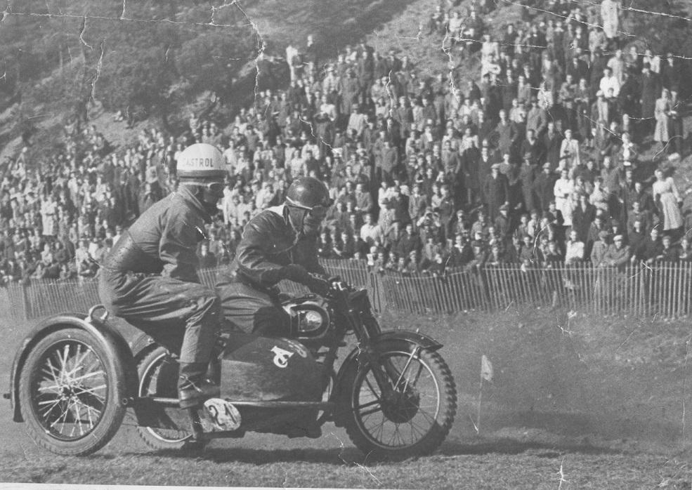 Volk Mølle St. Bededag 1951. Man er skiftet fra bakkeløb til moto-cross og Gunnar med Aksel i sidevognen forsøger sig i den nye sport.