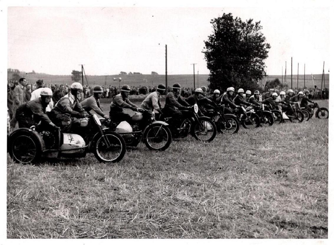 Starten på det første moto-cross i Ny Mølle 1951. Kresten med Aksel i sidevognen nærmest.